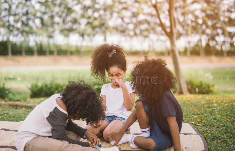 Enfants jouant dehors avec des amis photo libre de droits