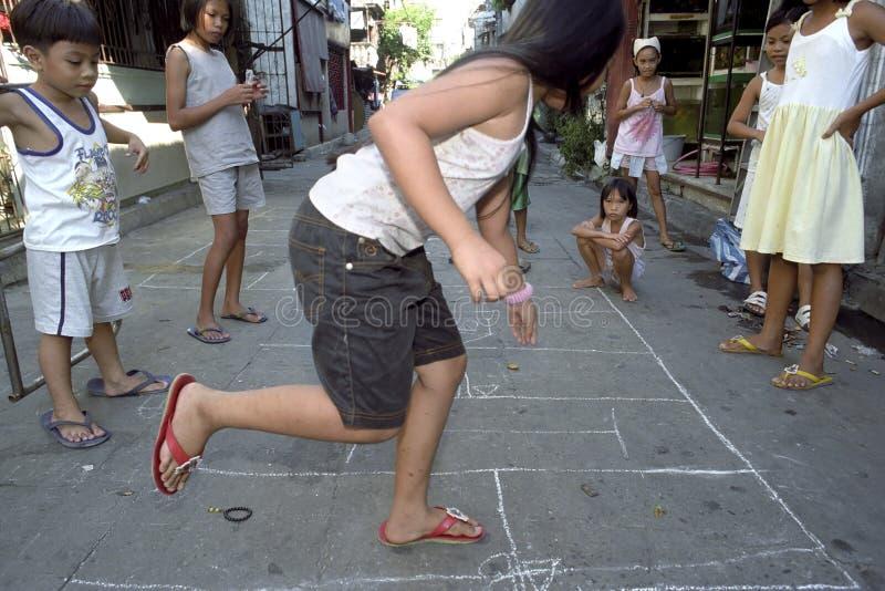 Enfants jouant en malate de taudis, Philippines images stock