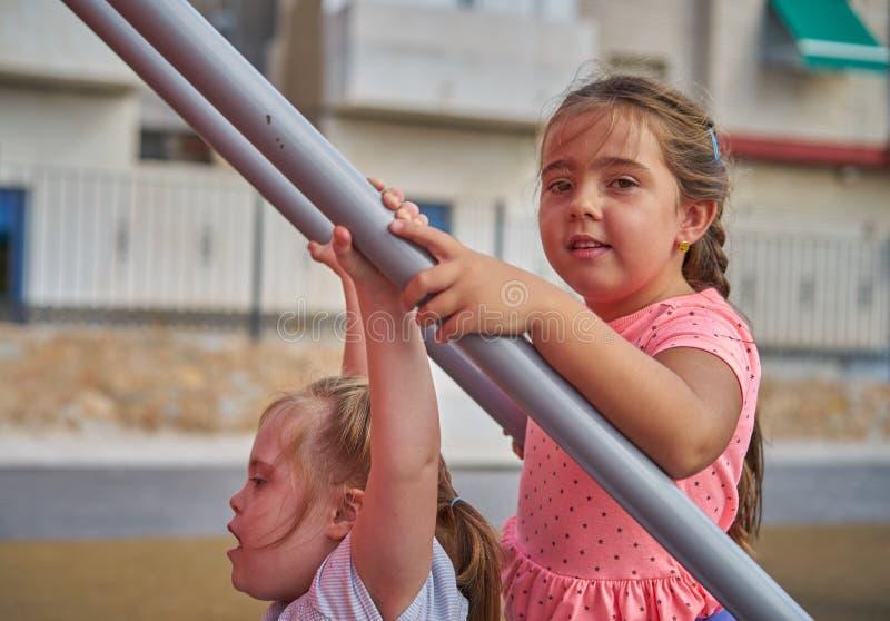 Enfants jouant ensemble photo libre de droits