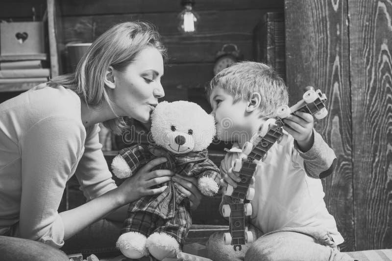 Enfants jouant - jeu heureux Concept de gentillesse et d'éducation La mère enseigne le fils à être aimable et amical Crèche en bo photo stock