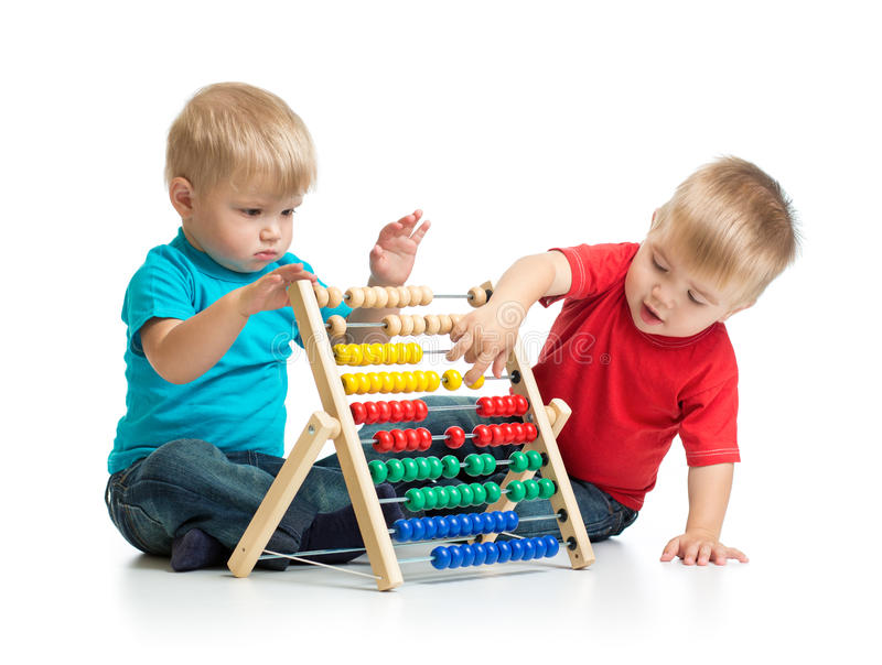 Enfants jouant l'abaque ou le compteur coloré images libres de droits