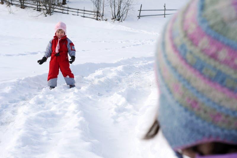 enfants jouant la neige image stock