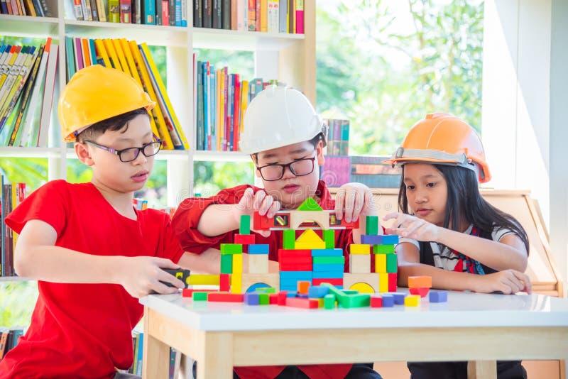 Enfants jouant le bloc en bois de construction photo stock