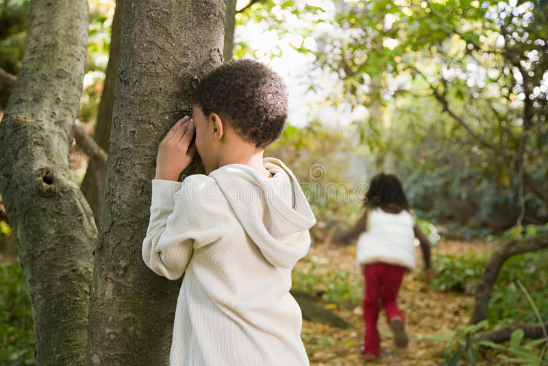 Enfants jouant le cache-cache photo libre de droits