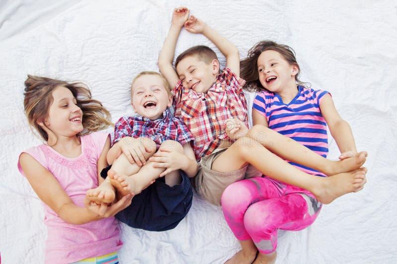 Enfants jouant le chatouillement riant images stock