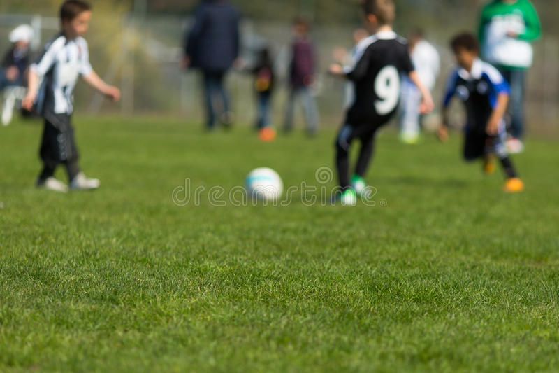 Enfants jouant le football photos libres de droits
