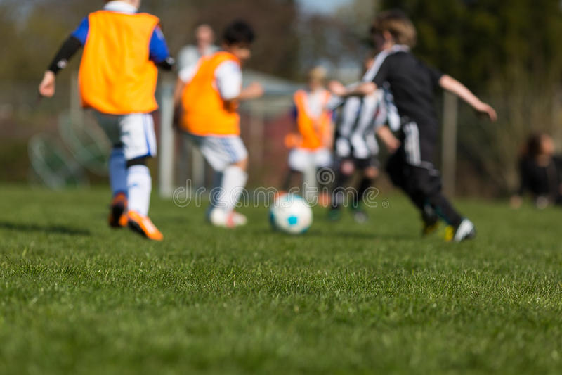 Enfants jouant le football photos stock