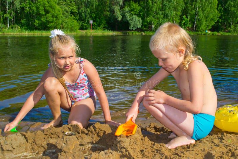 enfants jouant le sable images stock