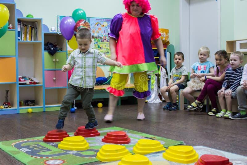 Enfants jouant les jeux actifs dans le jardin d'enfants photo libre de droits