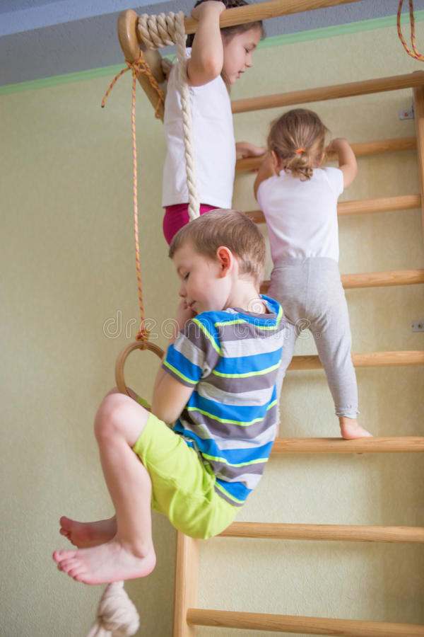 Enfants jouant sur l'équipement gymnastique images stock