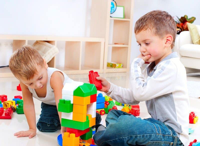 Enfants jouant sur l'étage photo stock