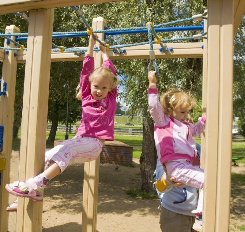 Enfants jouant sur l'escalier de sport photographie stock libre de droits