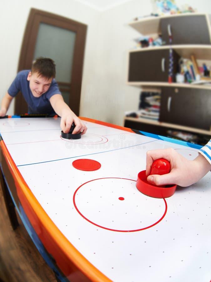 Enfants jouant sur l'hockey d'air images stock