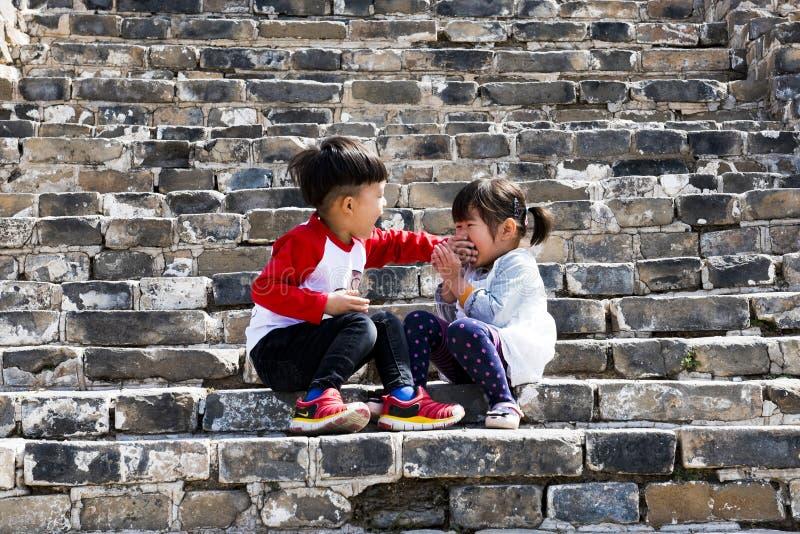 Enfants jouant sur la Grande Muraille images stock