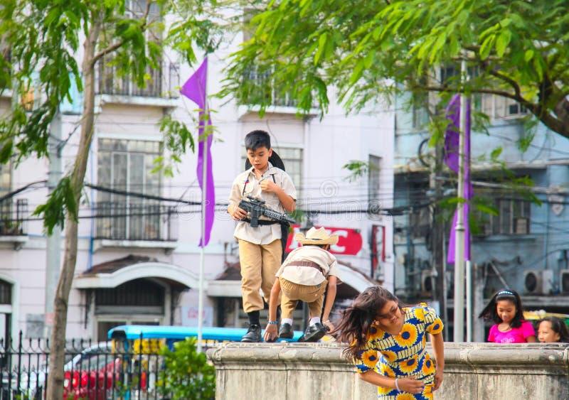 Enfants jouant sur la rue photo stock