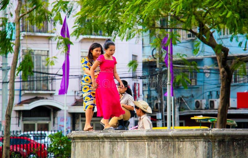 Enfants jouant sur la rue photographie stock libre de droits