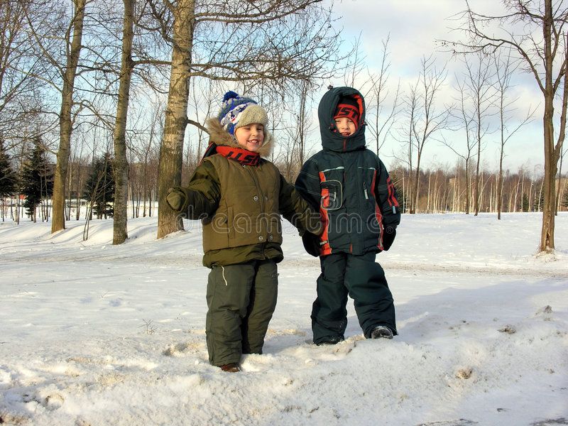 Enfants. l'hiver. photos libres de droits