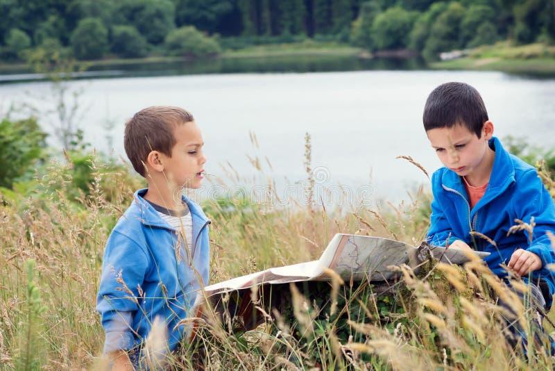 Enfants lisant une carte en nature image libre de droits