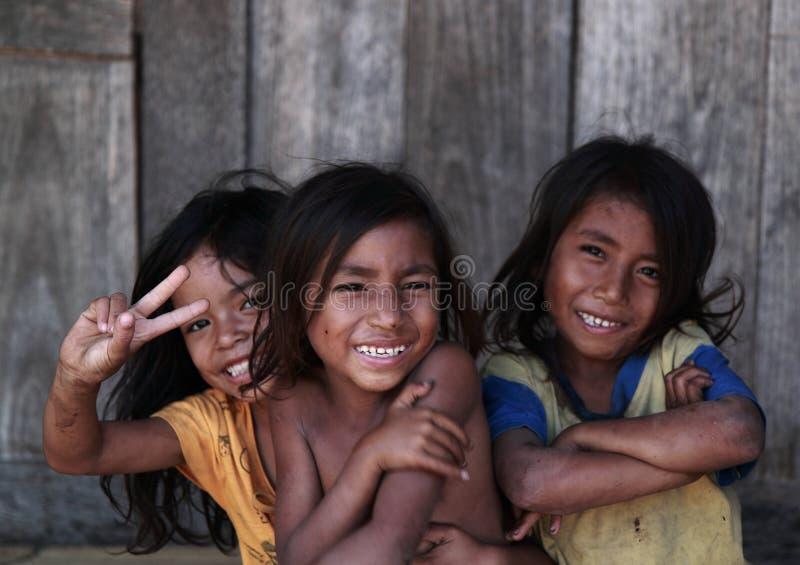 Enfants locaux dans le village de Gurusina image libre de droits