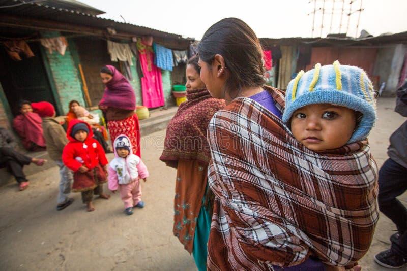 Enfants locaux non identifiés près de leurs maisons dans un secteur pauvre de la ville images stock