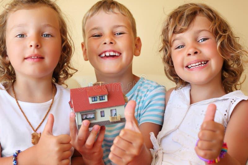 Enfants maintenant ensemble dans le modèle de mains de la maison photo libre de droits