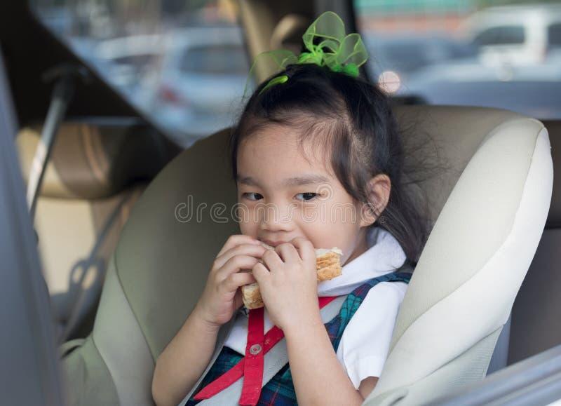 Enfants mangeant le petit déjeuner avant école image libre de droits