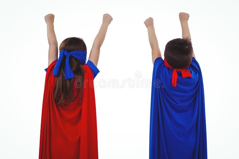 Enfants masqués feignant pour être super héros image stock