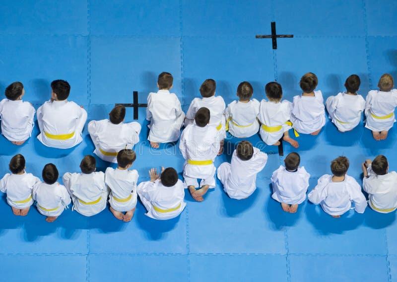 Enfants montrant un intérêt en suivant la classe de karaté images libres de droits