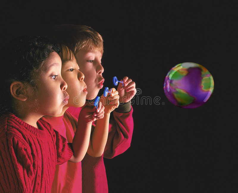 Enfants multinationaux soufflant la bulle photographie stock libre de droits