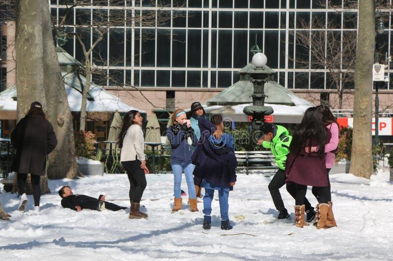 Enfants non identifiés appréciant la neige en Bryant Park, Midtown Manhattan image libre de droits