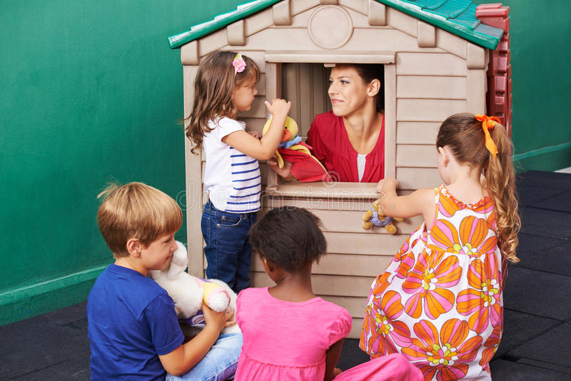 Enfants observant le théâtre de marionnette jouer images libres de droits