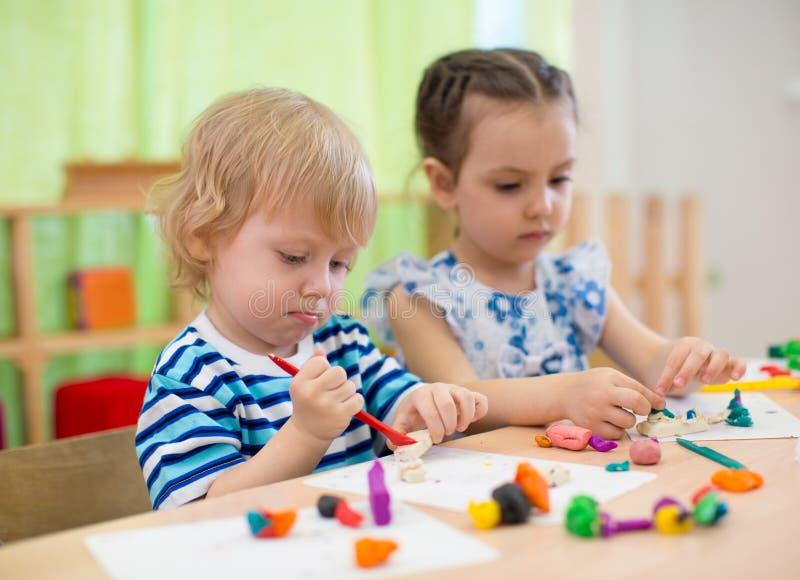 Enfants ou enfants créant des arts et des métiers dans le jardin d'enfants image stock