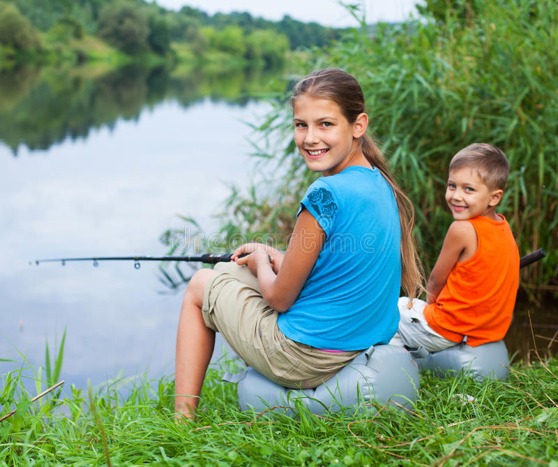 Enfants pêchant à la rivière photos libres de droits