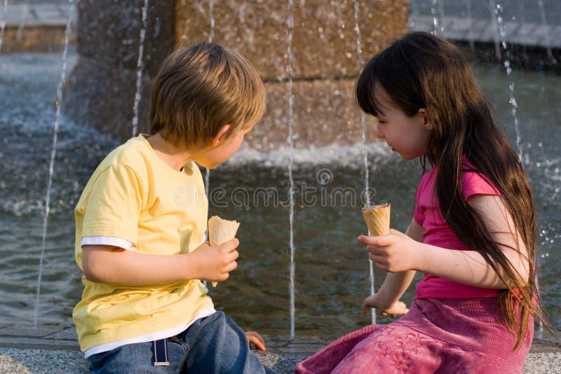 Enfants par Fountain photos stock
