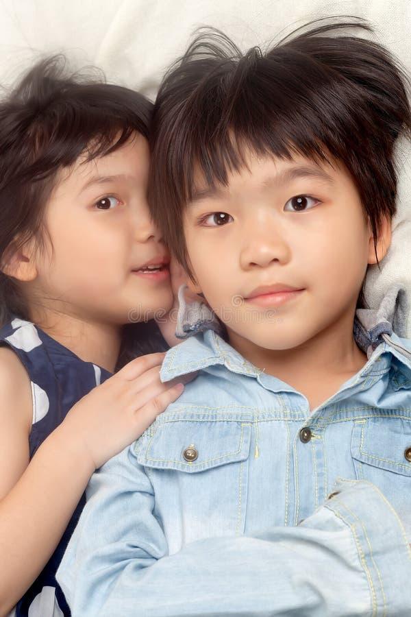 Enfants parlant sur le lit photographie stock libre de droits