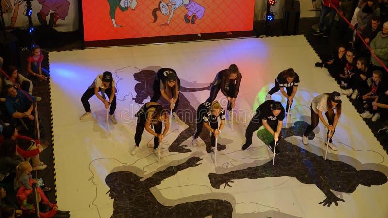 Enfants participant au tournoi de danse photographie stock libre de droits