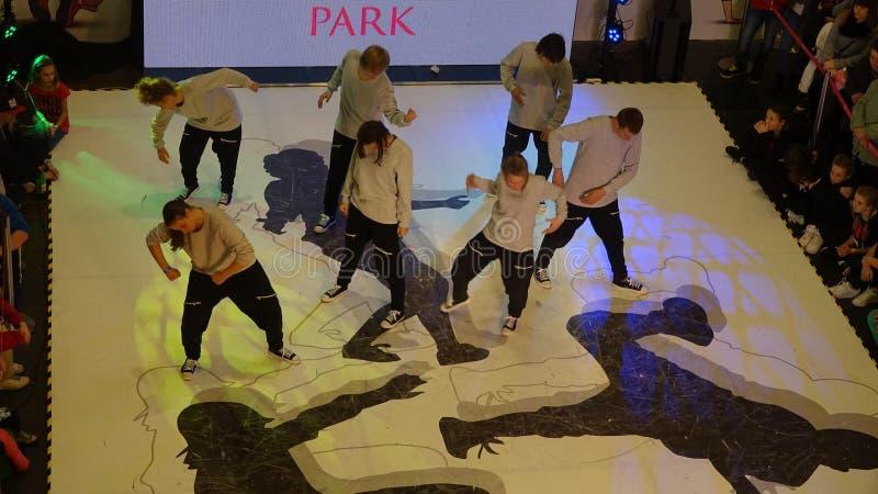 Enfants participant au tournoi de danse photographie stock