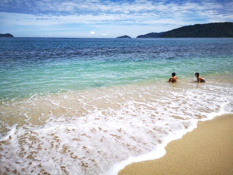 Enfants passant le temps dans la plage heureusement photographie stock libre de droits