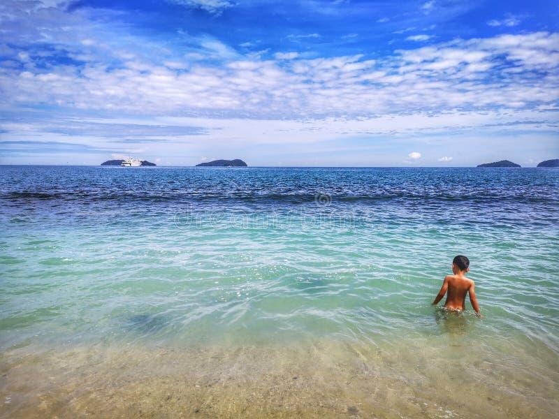 Enfants passant le temps dans la plage heureusement photos stock