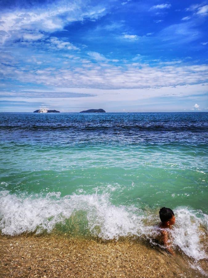 Enfants passant le temps dans la plage heureusement photo libre de droits