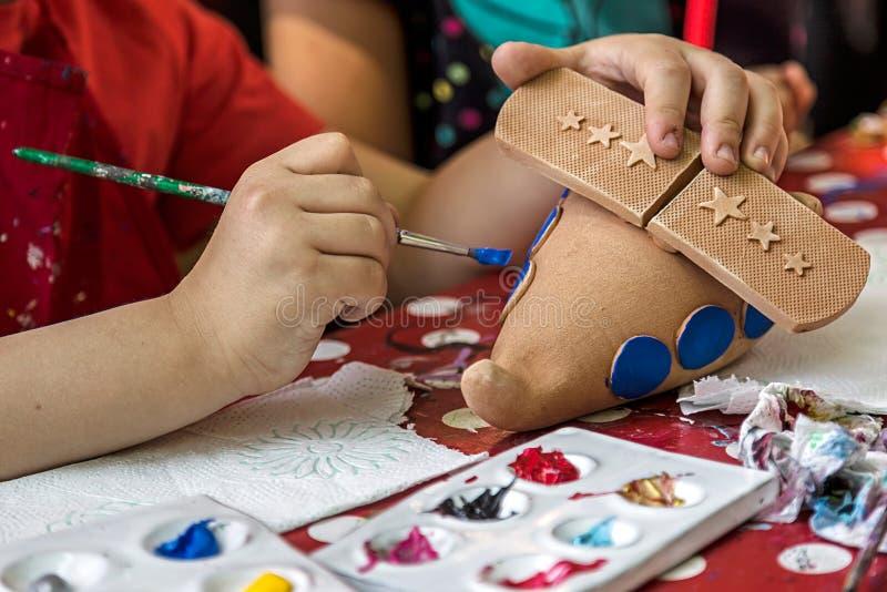 Enfants peignant la poterie 19 images stock