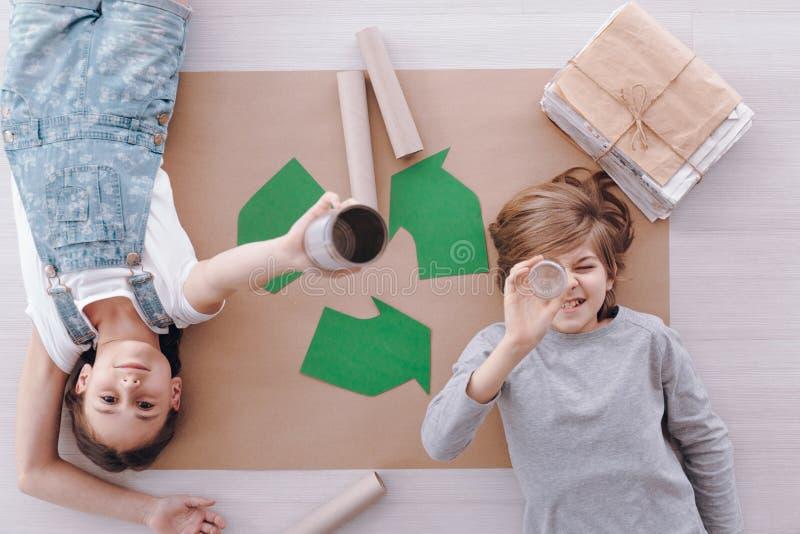 Enfants pendant les classes de protection de l'environnement photos libres de droits
