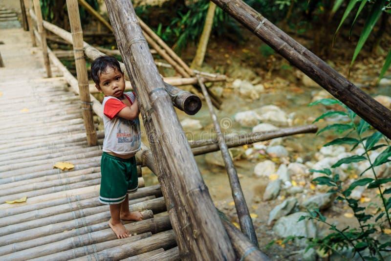 Enfants philippins nageant en rivière sur Philippines photo libre de droits