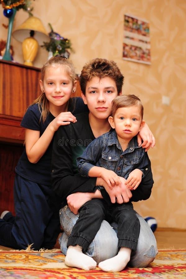 Enfants posant pour le photographe pendant la séance photos du ` s de nouvelle année image libre de droits