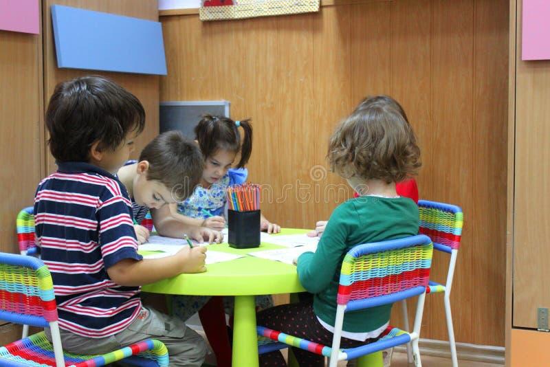 Enfants préscolaires au jardin d'enfants image libre de droits