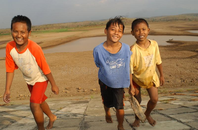 Enfants pr?s du r?servoir Dawuhan, Wonoasri, Madiun photographie stock
