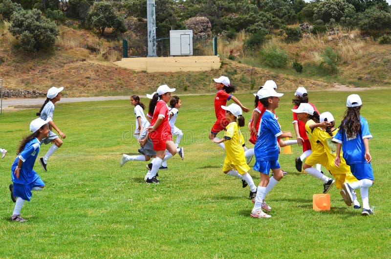 Enfants réchauffant pour jouer au football image libre de droits