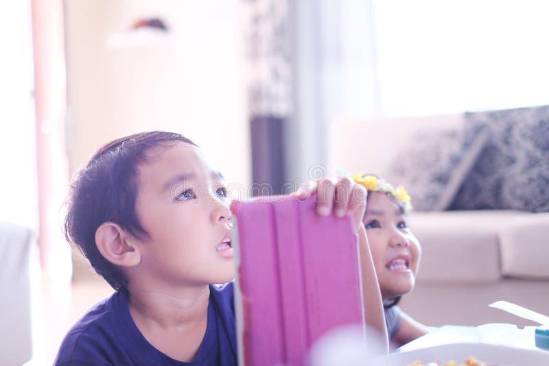 Enfants regardant la télévision à la maison images libres de droits