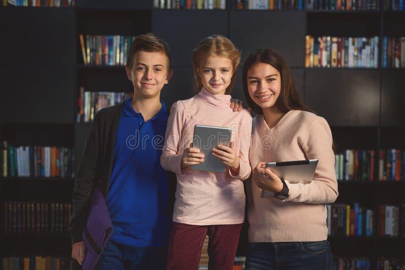 Enfants restant et souriant avec des étiquettes image stock