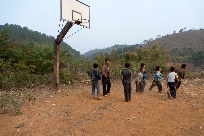 Enfants ruraux jouant au basket-ball images libres de droits